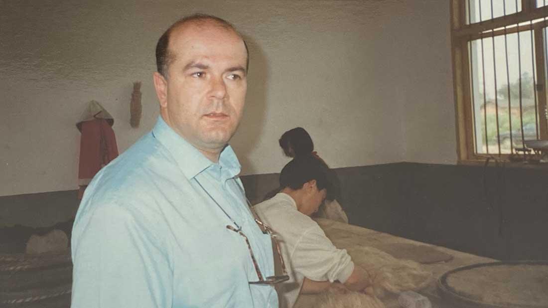 Maurizio Salassi in uno stabilimento di setole per pennelli in Cina nel 1995